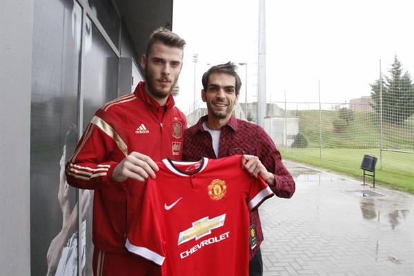 Travelling around the world, López has met several football personalities. Here, in Manchester with David De Gea.